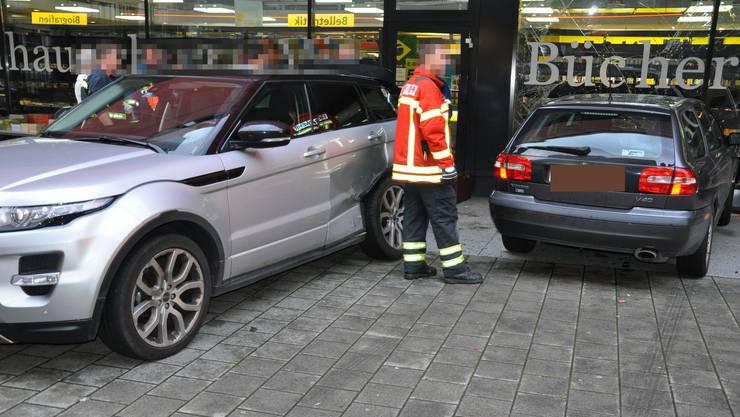 Der 85-Jährige prallte mit seinem Volvo zuerst in ein parkiertes Auto und danach frontal in ein Schaufenster