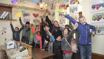 Die Metzgerhalle mit der Schulklasse aus dem Halden, die bei der Deko mitgeholfen hat.