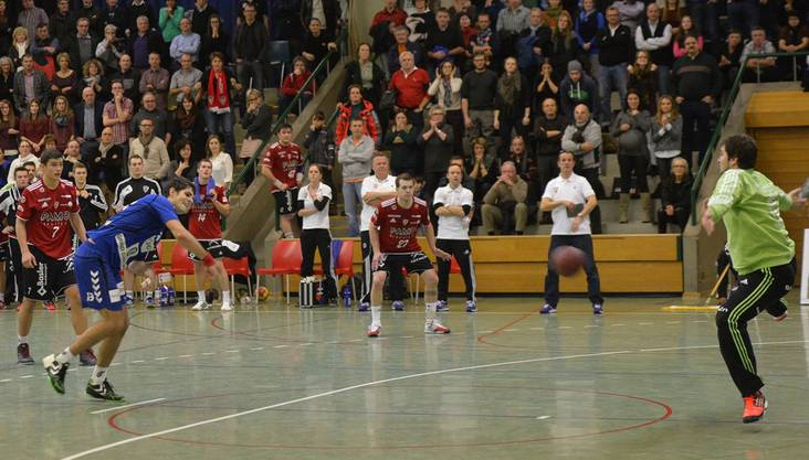 Christian Riechsteiner (links, Endingen) verwandelt den Penalty nach der Sirene zum 30:30 gegen Goalie Marco Wyss (rechts, Suhr). © Alexander Wagner