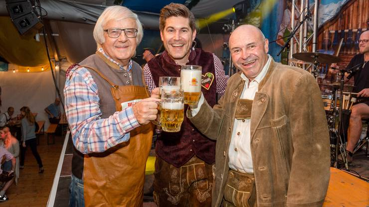 Fussball-Legende eröffnet mit dem O'zapft is, dem Aufschlagen des ersten Fasses, das Oktoberfest Baden 2017.