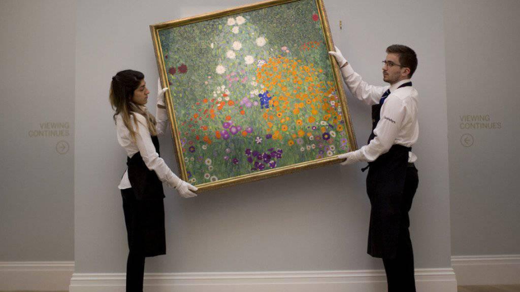 Eine hervorragende Geldanlage: Das 1907 entstandene Gemälde «Bauerngarten (Blumengarten)» des österreichischen Malers Gustav Klimt, das in den nächsten Stunden für mindestens 35 Millionen Pfund den Besitzer wechseln dürfte. (Archivbild)