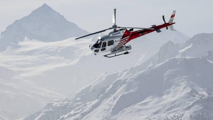 Ein Helikopter der Air-Glaciers bei einem Rettungseinsatz im Skigebiet Crans-Montana. (Archivbild)