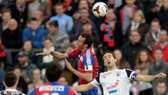 Aaraus Sandro Burki (rechts) hat beim Kopfballduell gegen Basels Marco Streller das Nachsehen.