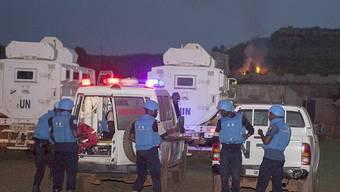 Der Anschlagsort ausserhalb der malischen Hauptstadt Bamako wird von Sicherheitskräften abgesucht.