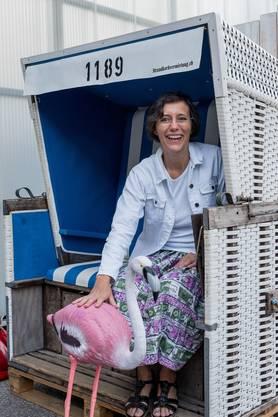 Die Regierungsratskandidatin im Strandkorb und mit Flamingo: Wenn Mück shoppen geht, dann in den Ferien.
