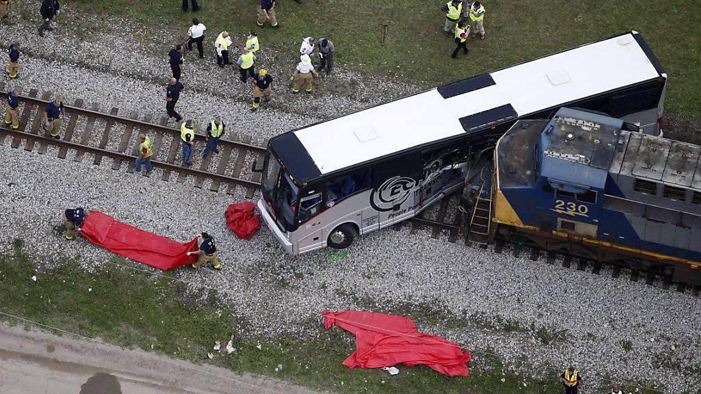 «Schreckliche Szenen»: Güterzug rammt Reisebus, der in Mississippi auf einem Bahnübergang stehen blieb.