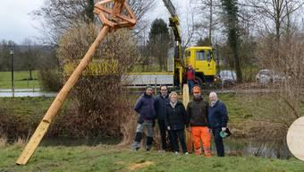 Murimoos-Direktor Michael Dubach (Zweiter von links), Margrith und Peter Enggist von der Gesellschaft Storch Schweiz stellen zusammen mit Mitarbeitern die neuen Storchenhorste auf.