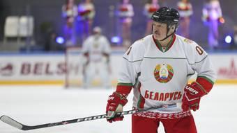 Alexander Lukaschenko zu Beginn der Corona-Pandemie bei seiner Lieblingssportart: «Auf dem Eis gibt es keine Viren.»
