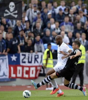 Der Zuercher Franck Etoundi, links, kaempft um den Ball gegen den Basler Ricardo Farinha