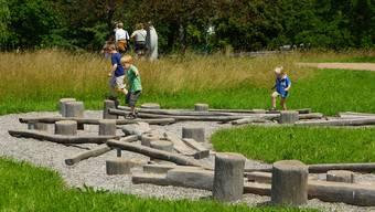 Im Balanciergarten können Kinder und Erwachsene das Gleichgewicht trainieren. Er fordert dazu heraus, die eigene aufrechte Haltung zu erfühlen, zu stabilisieren und das Gleichgewicht zu halten.