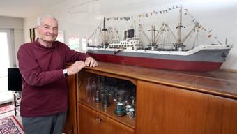 Das Feuer ist noch da: Jacques Voirol vor seinem selbst gebauten Modellfrachtschiff.