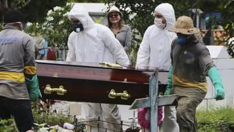 Eine zunehmende Zahl von Menschen stirbt in Brasilien am Coronavirus. Nun sieht auch Brasiliens Präsident Jair Bolsonaro wie gefährlich das Virus ist. Im Bild die Beerdigung einer am Coronavirus gestorbenen Person in Manaus.
