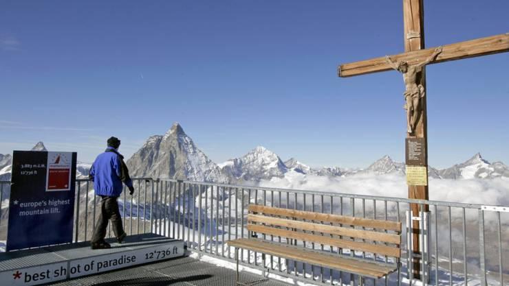 Der Blick vom Klein Matterhorn auf das Matterhorn. Auf 3873 Metern war es gleich warm wie unter der Nebeldecke des Mittellandes. (Archivbild)