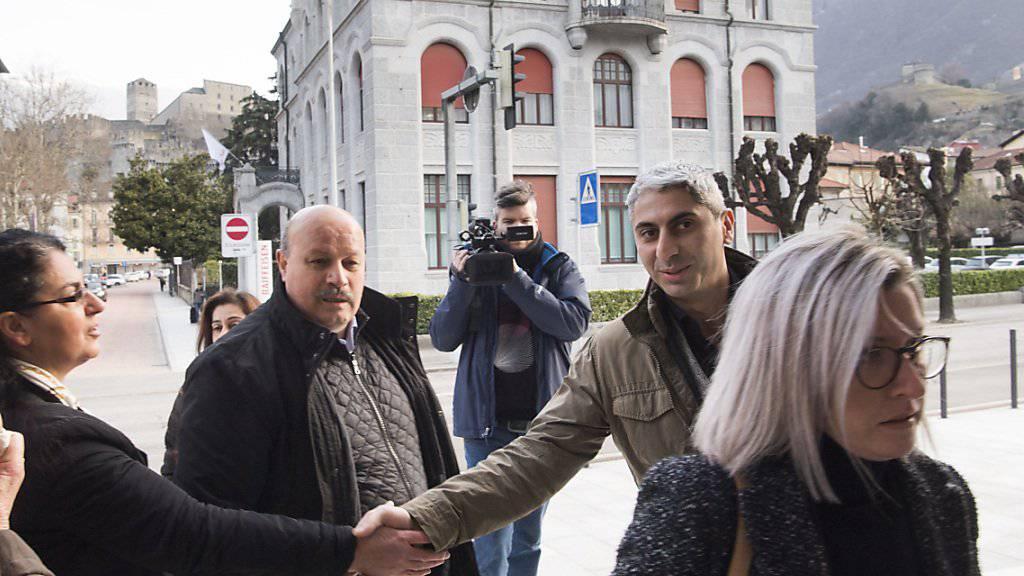 Bedingte Geldstrafe wegen fremder Kriegsdienste: Johan Cosar (rechts beim Händeschütteln) am Mittwoch vor Prozessbeginn in Bellinzona.