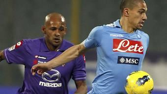 Napolis Gökhan Inler (rechts) setzt sich gegen Ruben Olivera durch