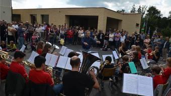 Die ABM Jambo Band unter der Leitung von Stefan Grüninger umrahmte die Einweihung der Schulhauserweiterung (im Hintergrund). ES