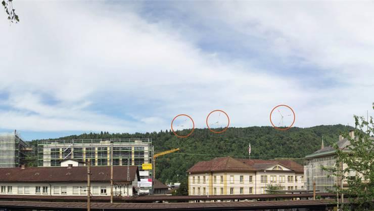 Aufgrund eines angepassten Anstrichs sollen dereinst die Windräder auf dem Schleifenberg ob Liestal (Blick vom Bahnhof) kaum ins Auge stechen.