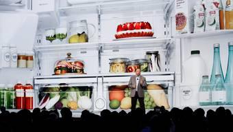 In Las Vegas wurden unter anderem Kühlschränke vorgestellt, mit denen man sich unterhalten kann. Hier präsentiert Samsung ein neues Modell.