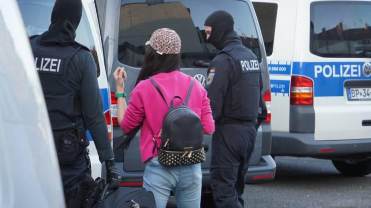 Mehr als 1000 deutsche Beamte führen eine Razzia im Rotlichtmilieu durch - es geht um Menschenhandel und Zwangsprostitution.