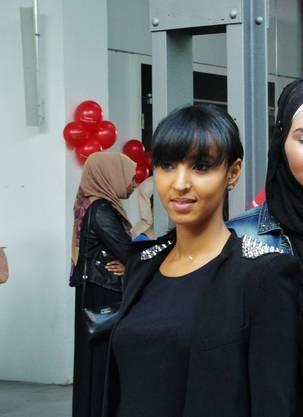 Bouchra Ghammouri ist eines von den insgesamt zehn Models. Sie trägt privat und auch teilweise auf dem Laufsteg kein Kopftuch