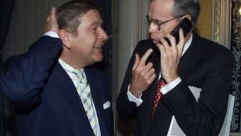UBS-CEO Marcel Ospel (links) strahlt im Sommer 2000 im New Yorker Hotel Waldorf Astoria: Er übernimmt den von Donald Marron geführten US-Vermögensverwalter Paine Webber.