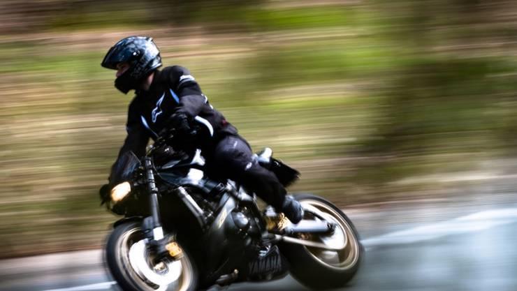 Mit 161 km/h war der Töfffahrer mit einem stationären Lasermessgerät auf seinem Motorrad im August des letzten Jahres auf der Wegenstetterstrasse in Fahrtrichtung Schupfart gemessen worden. Symbolbild