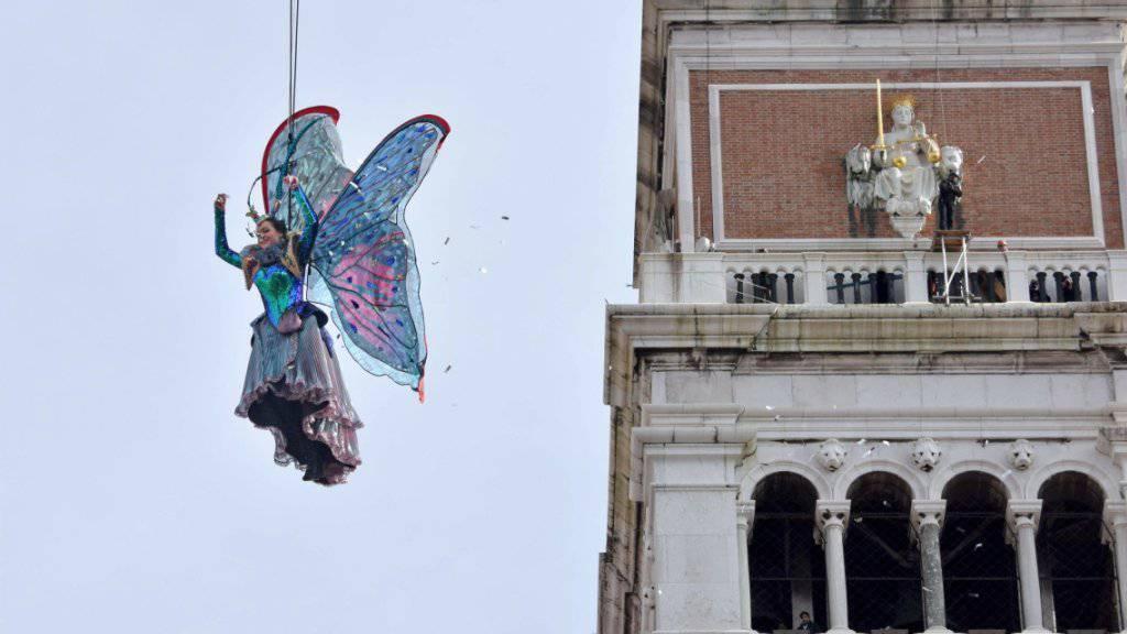 Mit dem Volo dell'angelo (Engelsflug) auf den Markusplatz wird traditionell der Karneval in Venedig eröffnet.