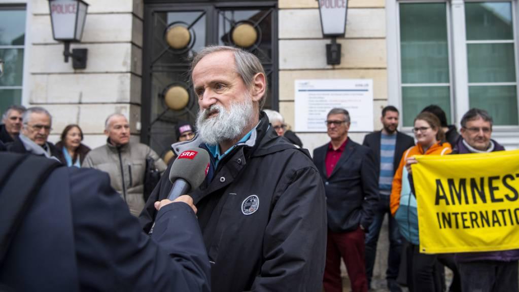 Der evangelische Pastor Norbert Valley erscheint vor dem Polizeigericht in La Chaux-de-Fonds. Zahlreiche Menschenrechtsaktivisten bekunden ihre Solidarität mit dem Angeklagten.