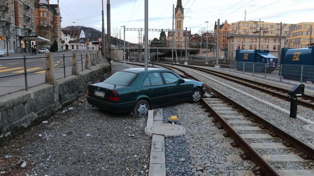 Auto fährt auf Gleis der Appenzeller Bahnen