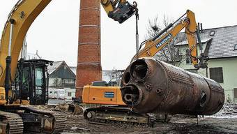 Der 90-jährige Dampfkessel der ehemaligen Färberei Stäger wurde gestern abtransportiert.