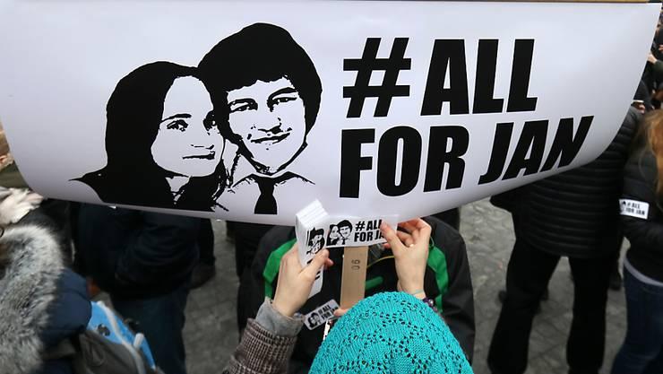 Mehr als 30'000 Menschen haben in der slowakischen Hauptstadt Bratislava erneut die lückenlose Aufklärung des Doppelmordes an dem Investigativ-Journalisten Jan Kuciak und seiner Verlobten Martina Kusnirova gefordert. (Archivbild)