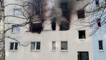 Bei einer Explosion in einem Mehrfamilienhaus in Sachsen-Anhalt ist ein Mensch getötet worden. Mindestens 25 Menschen wurden zudem verletzt.
