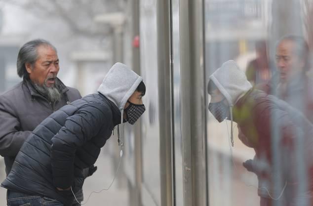 Manche Chinesen tragen sie, manche nicht: die Atemschutzmaske.