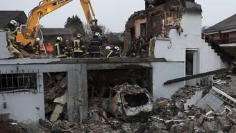 Die Feuerwehr sucht in den Trümmern des explodierten Hauses weiterhin nach der vermissten Frau