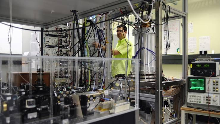 Atomuhr unter Null: André Stefanov regelt die Kühlung von FOCS-1. Temperaturen um minus 273 Grad Celsius erreicht das Innere des zylinderförmigen Herzstücks (rechts).