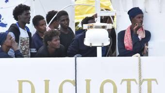 """Flüchtlinge an Bord der """"Diciotti"""" am Donnerstag im Hafen von Catania."""