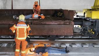 Figurantinnen mimten Verletzte. Hier leisten Mitarbeitende der SBB erste Hilfe.