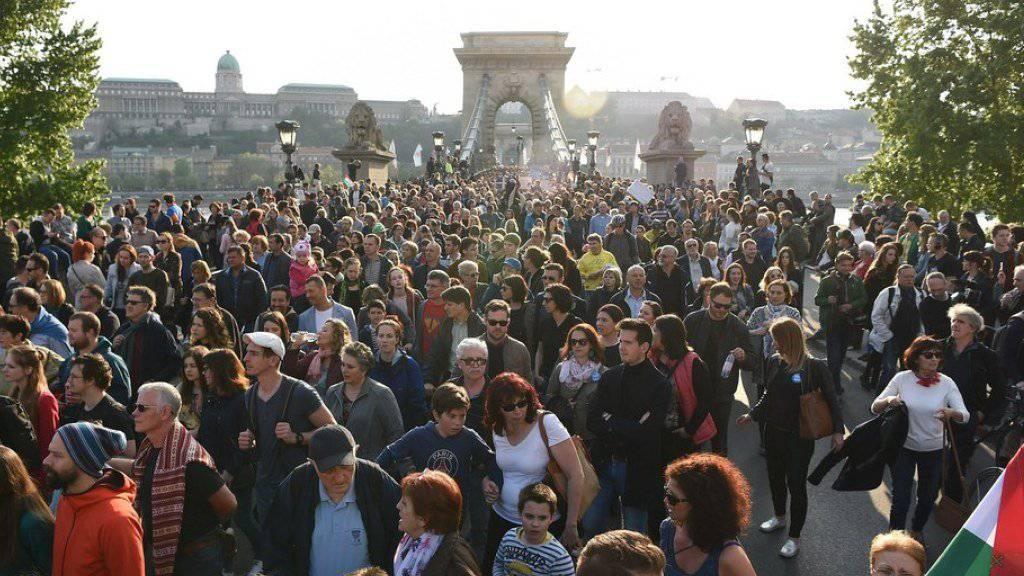 Zehntausende gingen am Sonntag in Budapest gegen das drohende Aus der Universität des Milliardärs George Soros auf die Strasse.