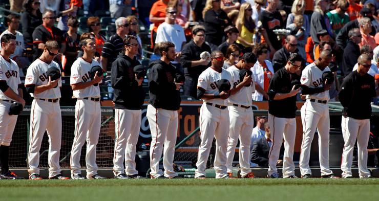 Baseball Team der San Franscico Giants legen eine Schweigeminute zum Gedenken der Opfer ein.