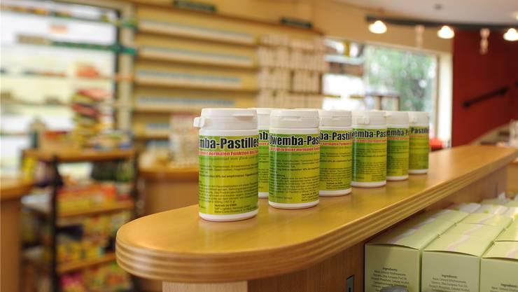 In der Schweiz verboten, in der Pestalozzi-Apotheke in Lörrach offen verkauft: Uwemba-Pastillen von Vater und Sohn Spitteler.