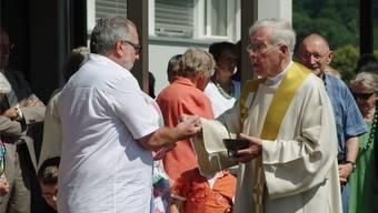 Pfarrer Karl Ries teilte den Gottesdienstbesuchern auch die Kommunion aus.