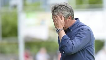Marco Schällibaum kann es nicht fassen: Nach den peinlichen Niederlagen gegen Le Mont und Chiasso riecht es nach Trainerwechsel.