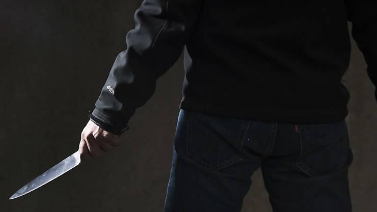 Am Sonntagabend versuchte ein Unbekannter einen 18-jährigen Afghanen mit einem Messer zu töten. (Symbolbild)