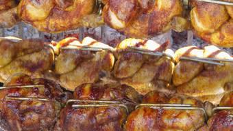 Eine wahre Augenweide. Poulet am Drehspiess. Hähnchen Essen Fleisch Hühner Gesundheit Kolesterinl Güggeli