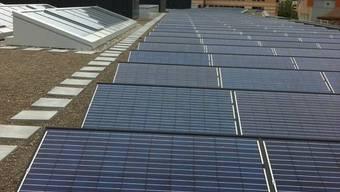 Photovoltaikanlage auf dem Flachdach des Neubaus der FHNW Olten, mit einer Fläche von 1'000 m2 welche jährlich bis zu 72'000 kWh liefern kann