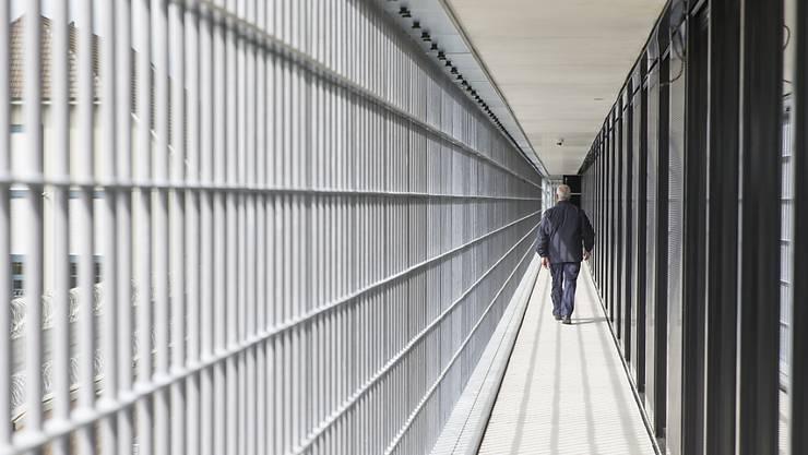 Mit der Revision des Justizvollzugsgesetz will der Kanton die Abläufe zwischen den Behörden vereinfachen. Im Bild ist ein Aussengang der Justizvollzugsanstalt Schachen in Deitingen SO zu sehen. (Archivbild)