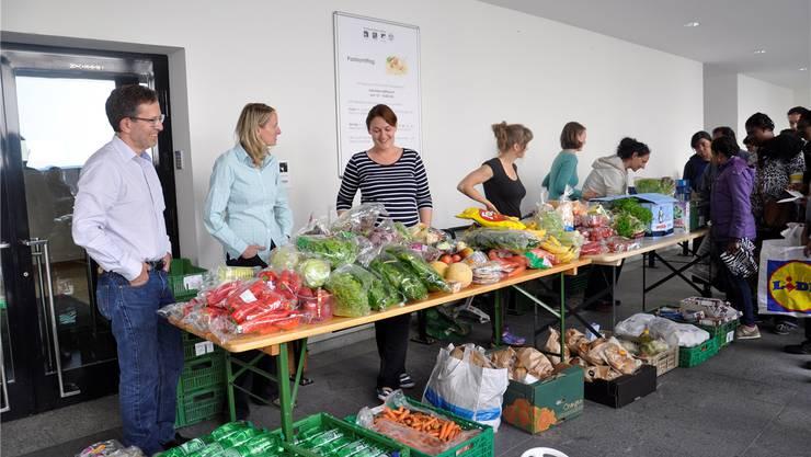 «Aufgetischt statt Weggeworfen» verteilt in Lenzburg jeden zweiten Dienstag Lebensmittel, die nicht mehr verkauft werden können. Henrik furrer