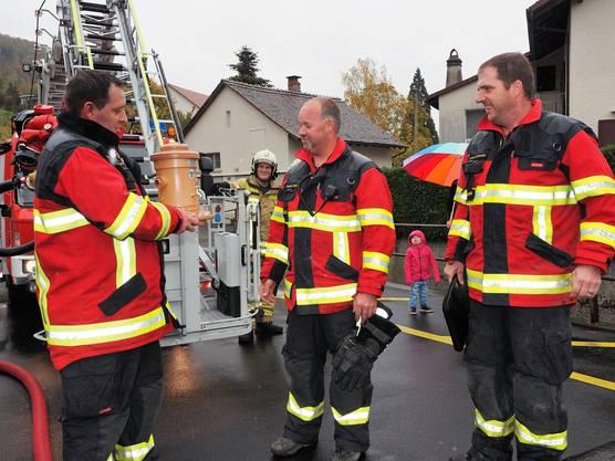 Die Hauptübung der Feuerwehr Thalheim war für Gerhard Wernli die letzte als Kommandant. Übungsleiter Andreas Wernli (links) und Vizeammann Reto Schneider (rechts) überreichten Gerhard Wernlin zum Abschied ein Geschenk.