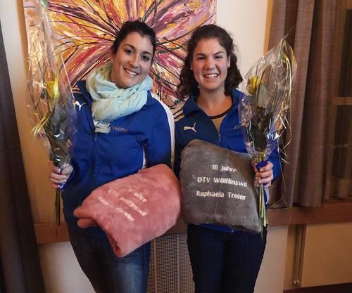 Das 10-Jahres-Jubiläum der Aktivmitgliedschaft: Rebecca (li.) und Raphaela (re.)