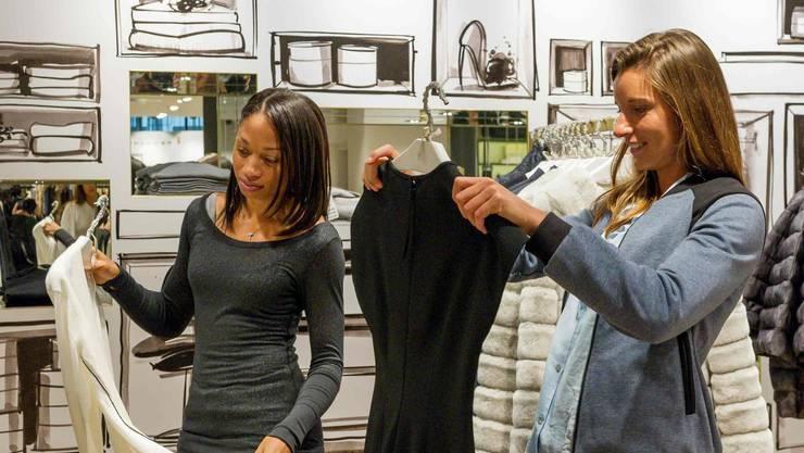 Allyson Felix (l.) und Ellen Sprunger beim Shoppingsport
